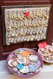 Традиционные покрашенные керамические сувениры для продажи на магазине Крите центра города, Греции, Европе Стоковое Изображение RF