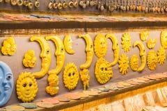 Традиционные покрашенные керамические сувениры для продажи на магазине Крите центра города, Греции, Европе Стоковое Изображение