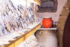 Традиционные покрашенные керамические сувениры для продажи на магазине Крите центра города, Греции, Европе Стоковое Фото