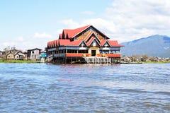 Традиционные плавая дома в деревне в озере Inle, Мьянме Стоковые Фотографии RF