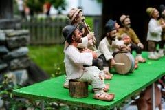 Традиционные румынские куклы Muromets как подвергли действию к традиционным румынским продуктам в румынском музее Nicolae Gusti д Стоковое фото RF