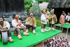 Традиционные румынские куклы Muromets как подвергли действию к традиционным румынским продуктам в румынском музее Nicolae Gusti д Стоковые Фотографии RF