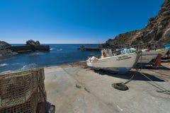 Традиционные рыбацкие лодки на малом рыбном порте Azenha повреждают в Odemira, Португалии Стоковая Фотография RF