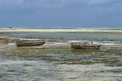 Традиционные рыбацкие лодки на пляже стоковые изображения