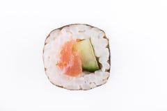 Традиционные свежие японские крены суш на белой предпосылке Крен с огурцом и семгами Стоковые Изображения