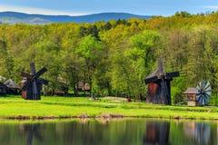 Традиционные старые ветрянки, музей Astra, Сибиу, Трансильвания, Румыния, Европа стоковая фотография rf
