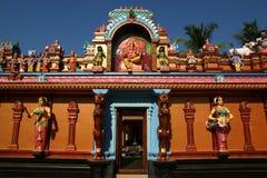 Традиционные статуи богов и богинь в индусском виске стоковые фото