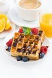 традиционные сладостные waffles и кофе для завтрака, крупного плана Стоковые Фотографии RF