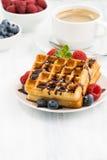 Традиционные сладостные waffles с шоколадом и ягодами, вертикальными Стоковое Фото