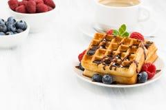 Традиционные сладостные waffles с шоколадом и ягодами Стоковая Фотография RF