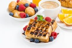 Традиционные сладостные waffles для завтрака на белой таблице Стоковое Изображение RF