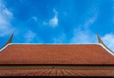 Традиционные тайские крыша и плитка с небом Стоковое фото RF