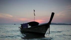 Традиционные тайские шлюпки на заходе солнца видеоматериал