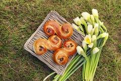 Традиционные шведские плюшки в плетеной корзине. Стоковая Фотография RF