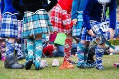 Традиционные шотландские танцы гористой местности в килтах Стоковое фото RF
