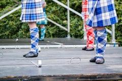 Традиционные шотландские танцы гористой местности в килтах Стоковое Изображение RF