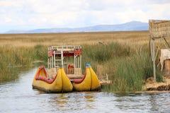 Традиционные шлюпки группы в составе Uros острова в Перу, озере Titicaca стоковые фотографии rf