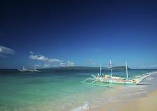 Традиционные шлюпки на puka приставают к берегу в boracay Филиппинах Стоковые Изображения