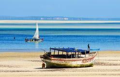 Традиционные шлюпки рыболова и песочное побережье Стоковое фото RF