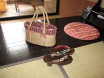 Традиционные японские аксессуары включая сумку, ботинки clog и подушку, на гостинице гостиницы сельской местности Стоковые Изображения RF