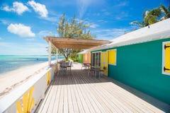 Традиционные яркие карибские дома на береге Стоковые Фотографии RF