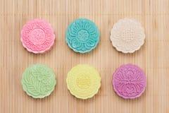 Традиционные mooncakes на сервировке стола Mooncakes кожи Snowy CH Стоковые Фото