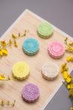 Традиционные mooncakes на сервировке стола Mooncakes кожи Snowy CH Стоковое Фото