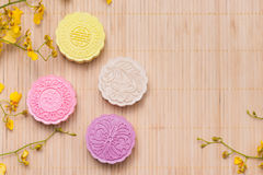 Традиционные mooncakes на таблице с copyspace Стоковые Изображения RF