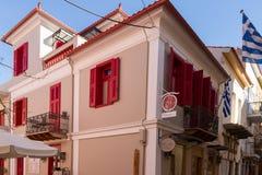 Традиционные rennovated классические здание и флаги грека в Naf Стоковые Изображения RF