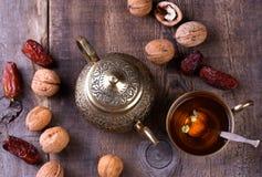 Традиционный арабский комплект чая и высушенные даты Стоковая Фотография