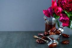 Традиционный арабский комплект чая и высушенные даты Стоковое Изображение RF