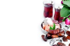 Традиционный арабский комплект чая и высушенные даты Стоковые Фото