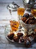 Традиционный арабский чай и сухие даты Стоковые Изображения