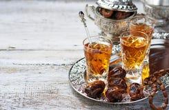 Традиционный арабский чай и сухие даты Стоковая Фотография RF