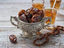 Традиционный арабский чай и сухие даты Стоковая Фотография