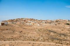 Традиционный аравийский город на песчанных дюнах Стоковое Изображение
