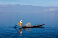 Традиционный бирманский рыболов на озере Inle, Мьянме стоковая фотография