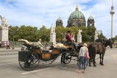 Водитель экипажа на берлинец соборе, Берлине Стоковая Фотография RF