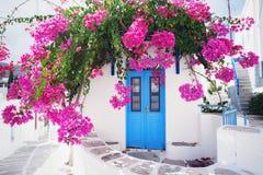 Традиционный греческий дом с цветками в острове Paros, Греции Стоковые Изображения RF