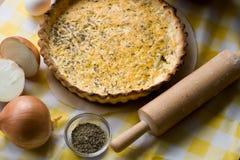 Традиционный деревенский вегетарианский пирог с луками Стоковое Фото