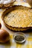 Традиционный деревенский пирог с луками и сыром Стоковое фото RF