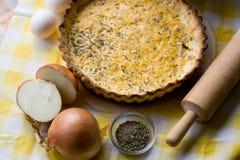 Традиционный деревенский пирог с луками и сыром Стоковые Фото