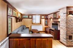 Традиционный деревянный интерьер с таблицей и приспособлениями - горнолыжным курортом Стоковая Фотография