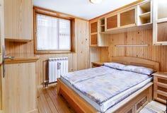 Традиционный деревянный интерьер с таблицей и приспособлениями - горнолыжным курортом Стоковое Изображение RF