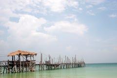 Традиционный деревянный мост на пляже стоковые изображения