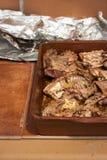 Традиционный зажаренный в духовке кролик с розмариновым маслом и специями Среднеземноморской рецепт Стоковая Фотография RF