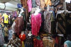 Традиционный индонезийский рынок батика Стоковая Фотография
