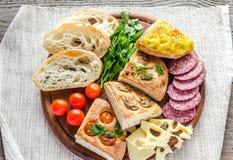 Традиционный итальянский хлеб с сыром и салями Стоковые Изображения RF