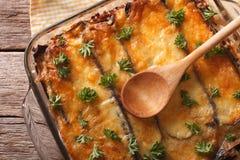 Традиционный конец moussaka вверх в блюде выпечки Горизонтальная верхняя часть соперничает стоковое изображение rf