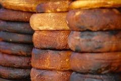 Традиционный, который сгорели козий сыр на рынке Sanaa, Йемена Стоковая Фотография RF